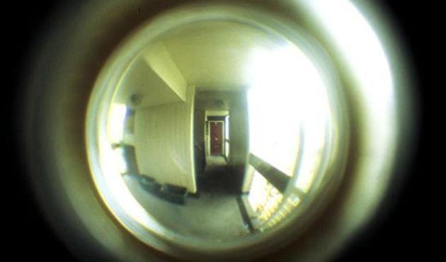 Bu da kapı deliği sapığı: Lise öğrencisi kızı taciz eden'komşu' yakalandı