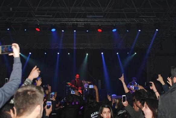 Gericilerin tehdidi sökmedi: Duman Van'da konser düzenledi