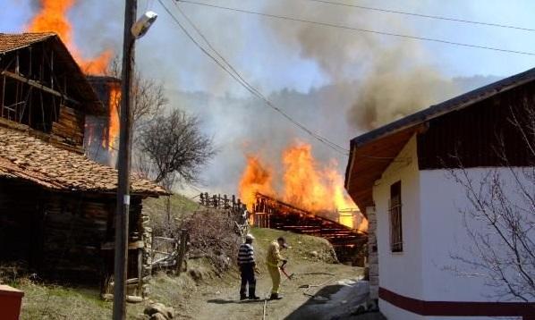 Ilgaz'da köy yangını: Alevler çok sayıda eve sıçradı