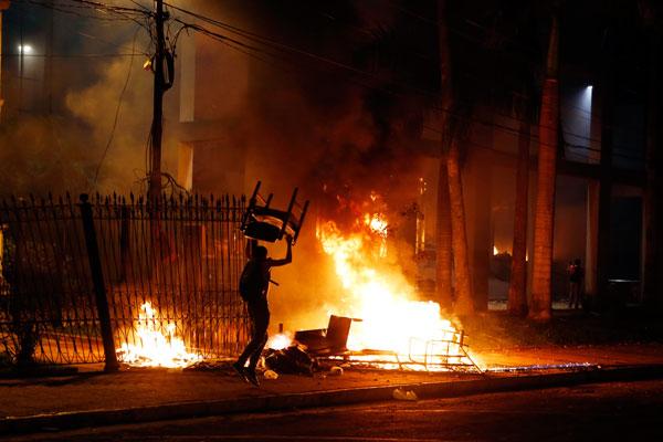 Paraguay'da başkanlık yasa tasarısına isyan: Kongre binası ateşe verildi