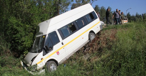 Öğrenci servisi otomobille çarpıştı: 1'i ağır çok sayıda öğrenci yaralı