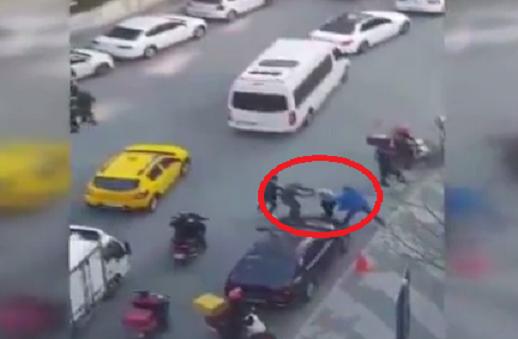 VİDEO | İstanbul'da 'değnekçi' dehşeti: Tekme tokat dövdüler