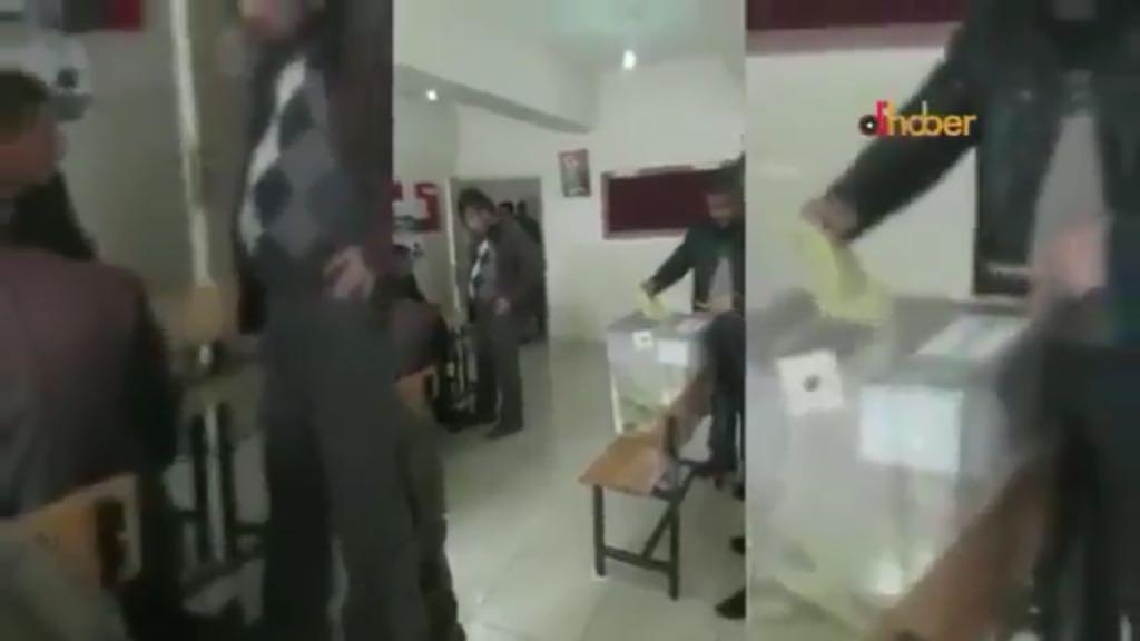 VİDEO | Muş'un Çatbaşı Köyü muhtarı oy verme kabininden 5 zarfla çıktı