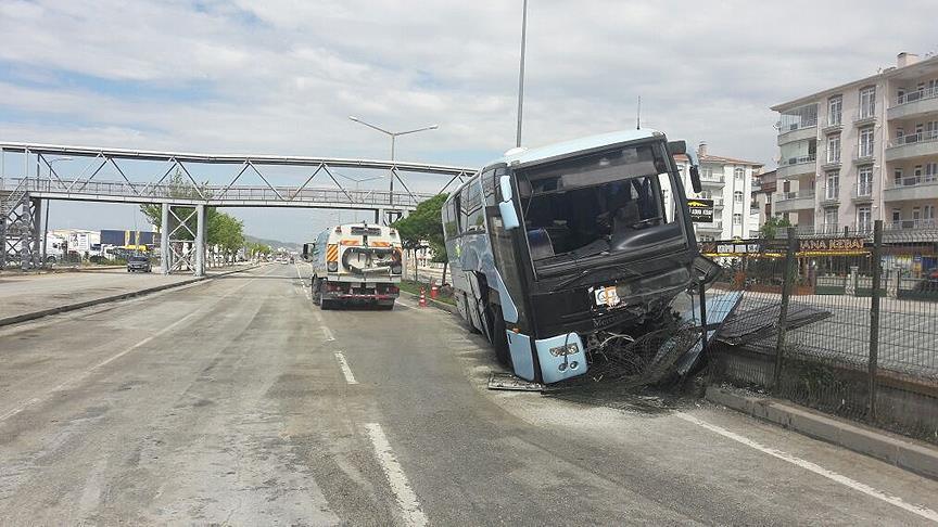 AKP'lileri taşıyan otobüs kaza yaptı