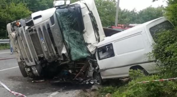 Öğrenci servisi moloz yüklü kamyonla çarpıştı: 9 yaralı var