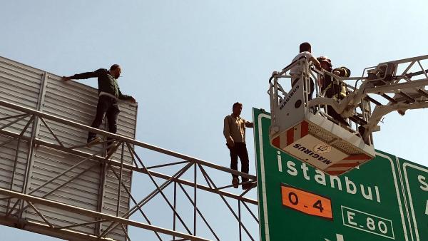 Alacakları ödenmeyen işçiler trafik levhasına çıktı