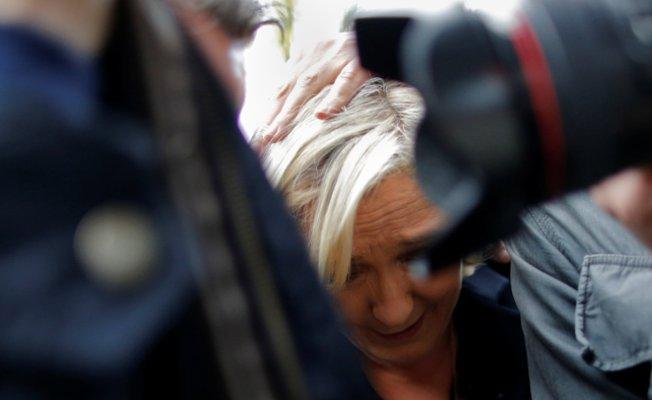 VİDEO | Marine Le Pen'e yumurta atıldı