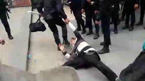 AKP faşizminden günün karesi: 19 Aralık'ta kolu koparılan Veli Saçılık'ın annesi yerlerde sürüklenip tekmelendi...