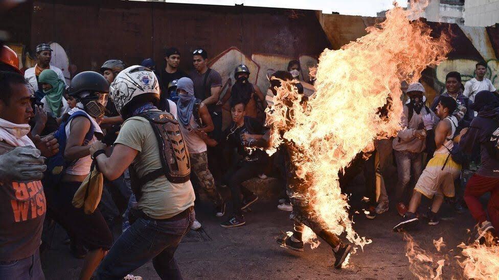 Venezuela'da Amerikancı sağcıların yaktığı genç kurtarılamadı