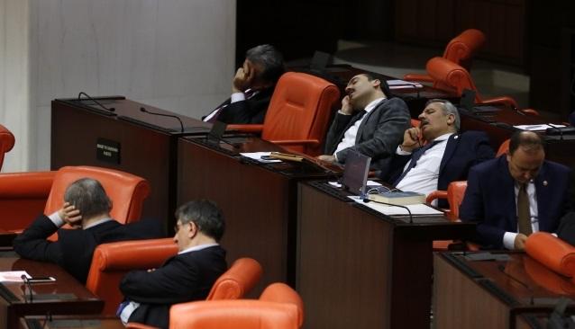 'Emekli milletvekili'ne çifte maaş kıyağı Meclis'ten geçti!