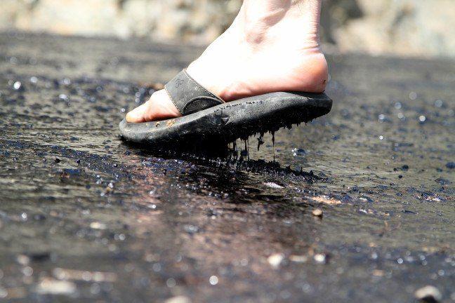 Yanıyoruz: Sıcağın erittiği asfalt terliklere yapıştı