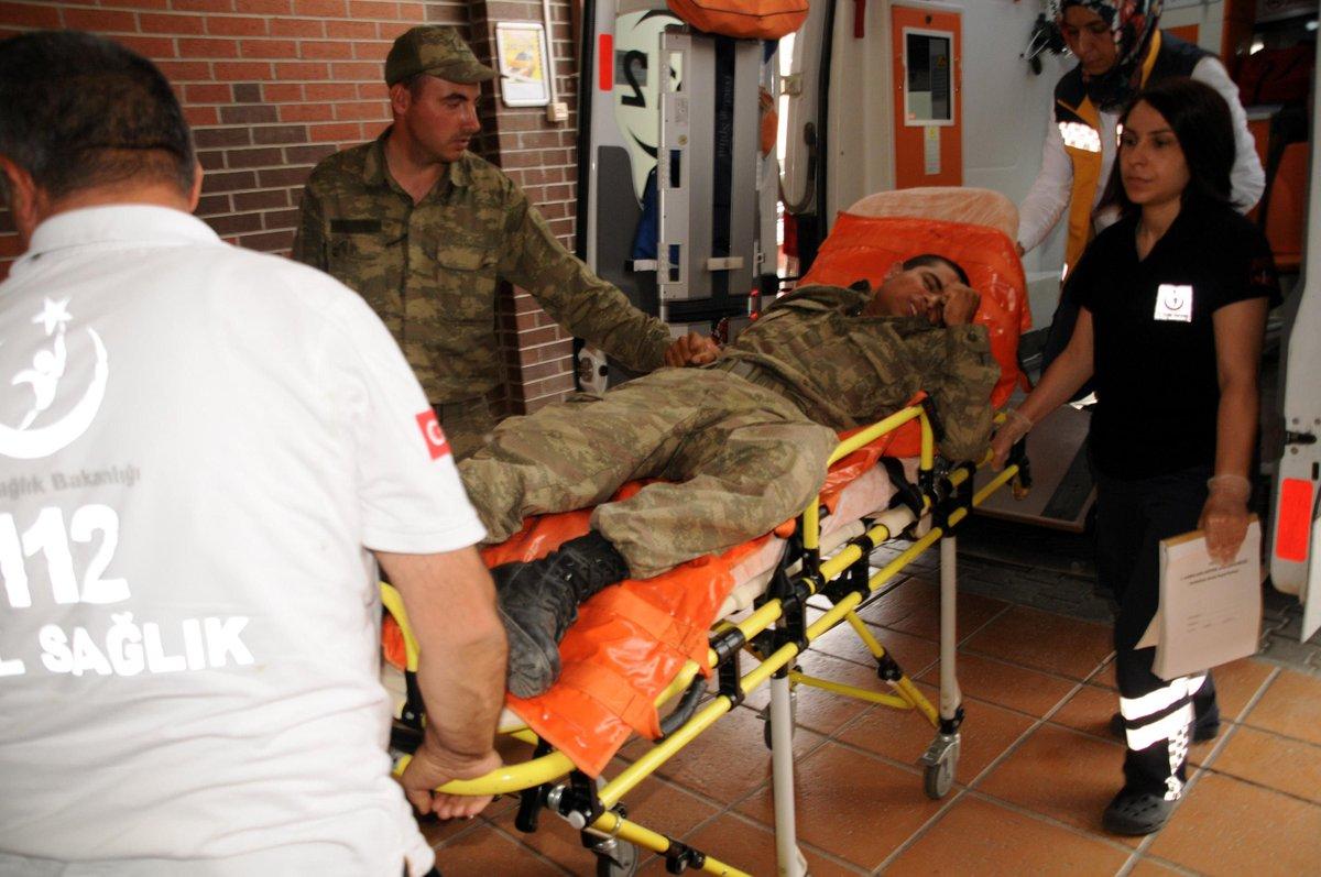 Piyade Alayı'na yıldırım düştü: Yaralı askerler var