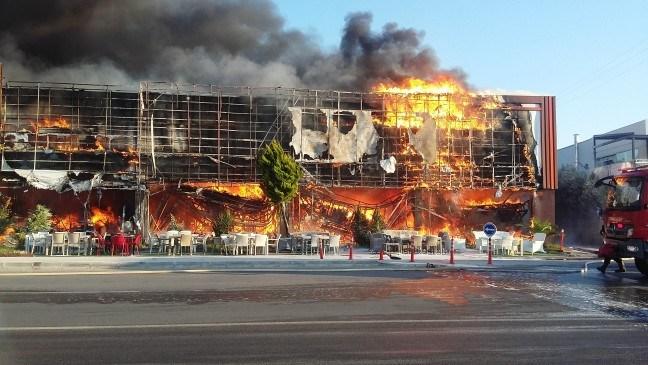 Bergama'da AVM'de büyük yangın: Mağazalar kül oldu