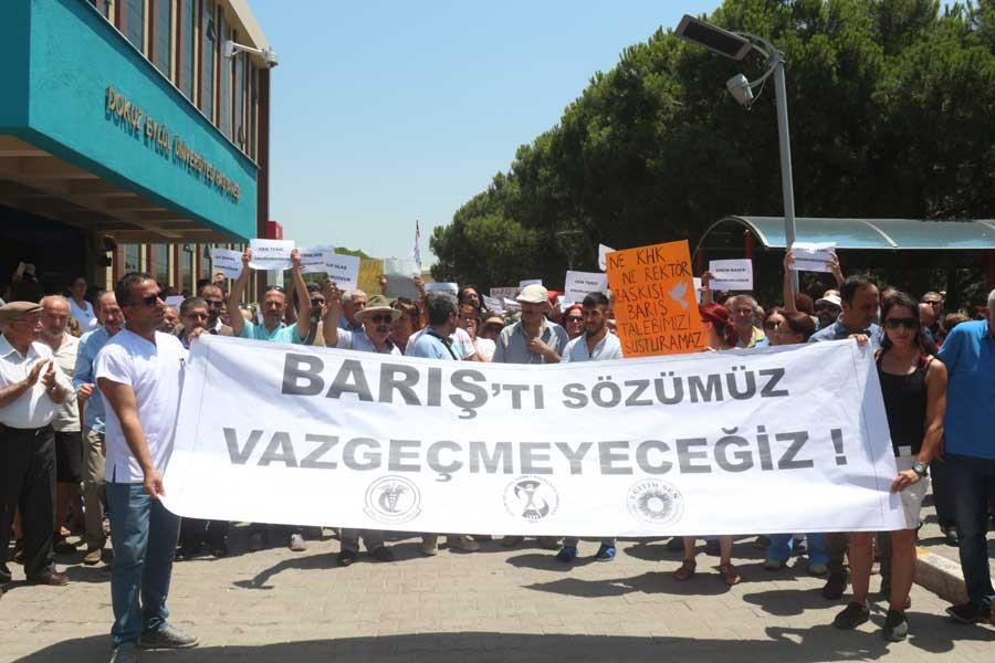 Dokuz Eylül Üniversitesi'nde akademsiyenlerin açığa alınması protesto edildi