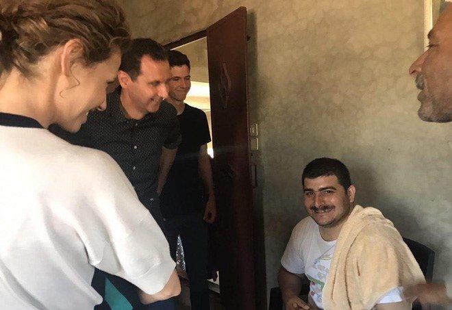 VİDEO | Beşşar Esad ve ailesi, Hama'daki köylerde Suriye Ordusu'nun gazilerini ziyaret etti