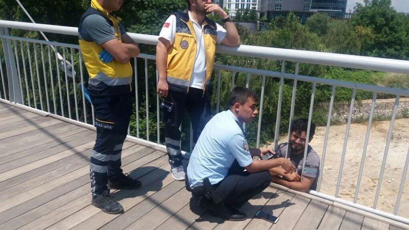 Polis intihara kalkışan genci köprünün demirlerine kelepçeledi