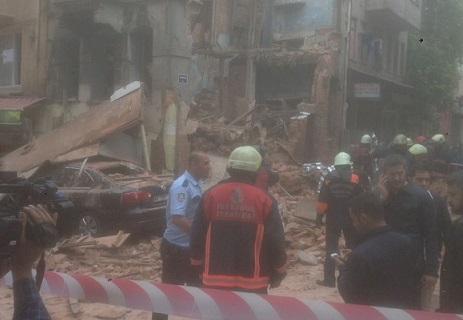 Kumkapı'da bina çöktü: Enkaz altında çocuğun kaldığı iddiası var