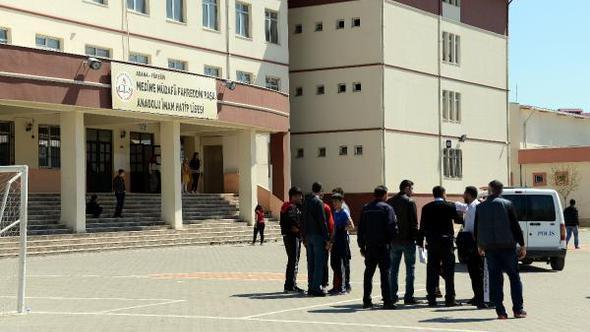 İmam hatip öğrencisi, devamsızlığını silmeyen müdür yardımcısını bıçakladı