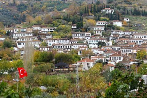 Şirince'deki Ali Nesin'in Matematik Köyü de dahil 128 yapı hakkında yıkım kararı