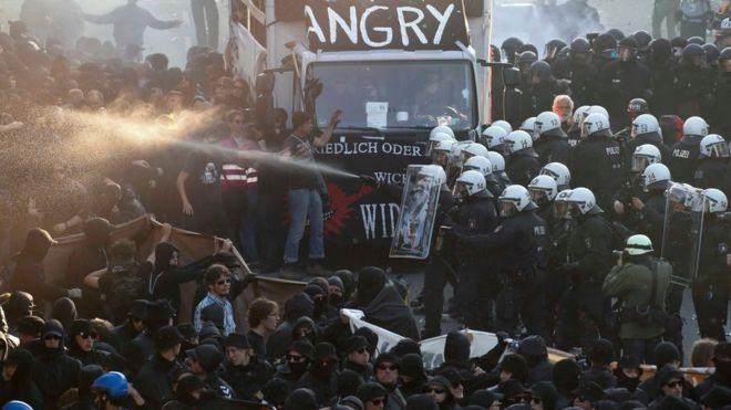 Hamburg'da büyük protestolar: Ülke liderleri otellerinden çıkamadı