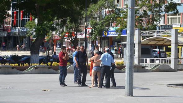 Valilik önünde çıplak eylem: Atıyla gelip elektrik faturasını protesto etti