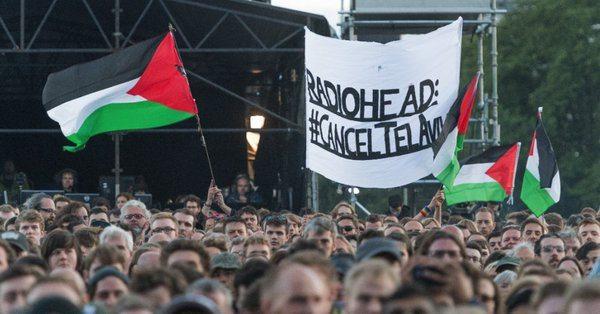 Radiohead, Filistin köyünün yıkıntıları üzerine kurulan sahnede…