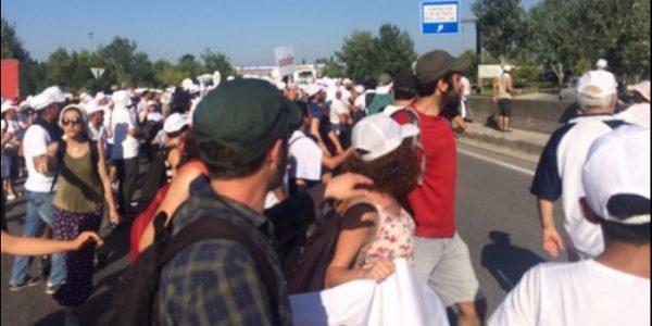 'Adalet Yürüyüşü'ne taşlı saldırı
