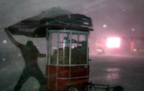 Taksim'de fırtınanın ortasında kalan simitçi o anları anlattı