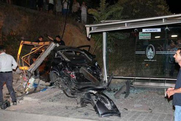 İstanbul'da bir araç otobüs durağına daldı