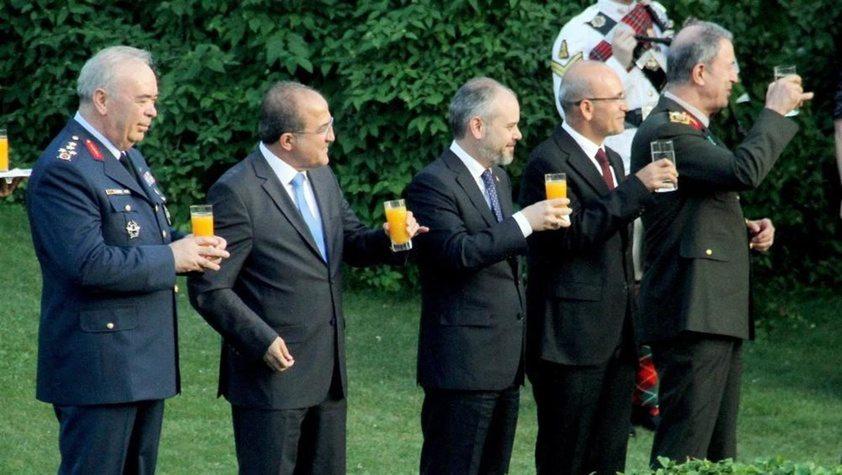 Bardakları Kraliçe Elizabeth'in yaş günü ve NATO için kaldırdılar