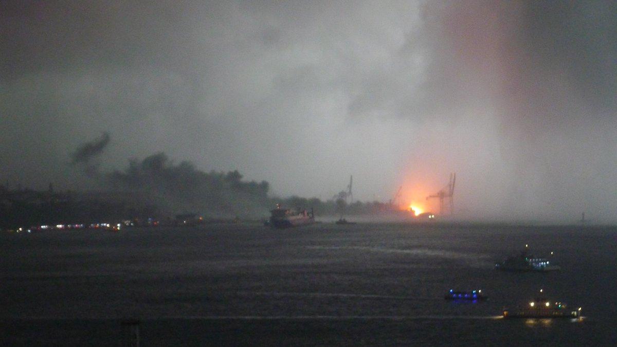 Haydarpaşa'da vinç devrildi, yangın çıktı!