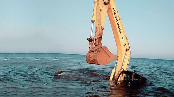 Denize sürülen kepçe battı
