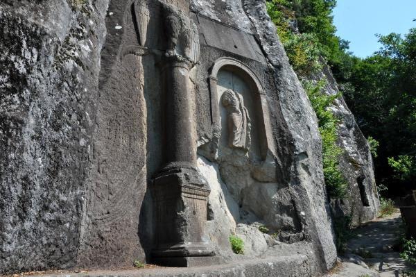 2 bin yıllık tarihe büyük ayıp: Anadolu'nun tek yol anıtına yazı yazıldı