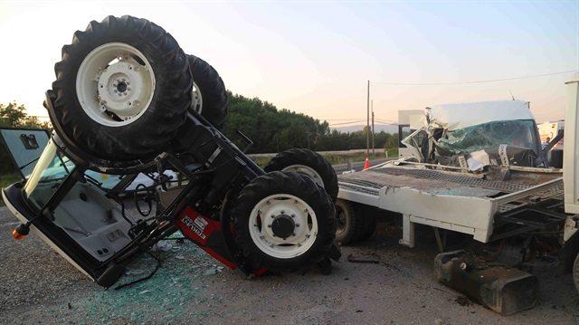 Tarım işçilerini taşıyan minibüs ile çekici çarpıştı: 6 yaralı