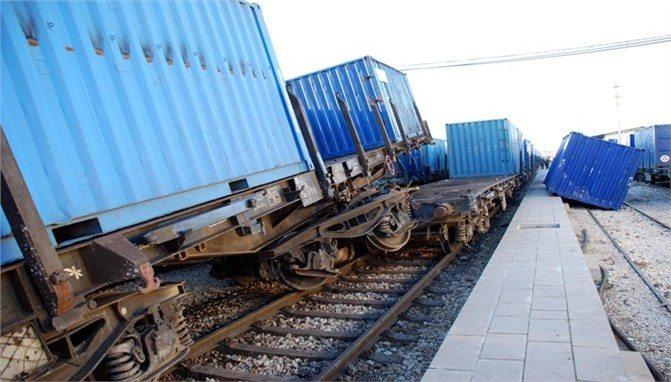 Mersin'de iki yük treni çarpıştı