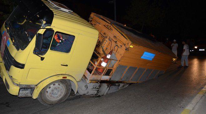 İstanbul'da asfalt kamyonu asfalt dökerken asfalt çöktü