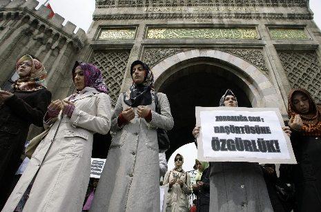 Şeriatçılar akademinin kapısına dayandı: