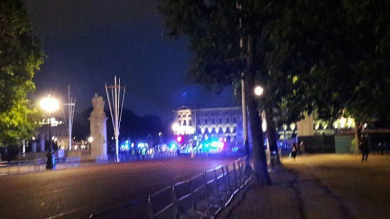 VİDEO | Buckingham Sarayı önünde polise saldırı!