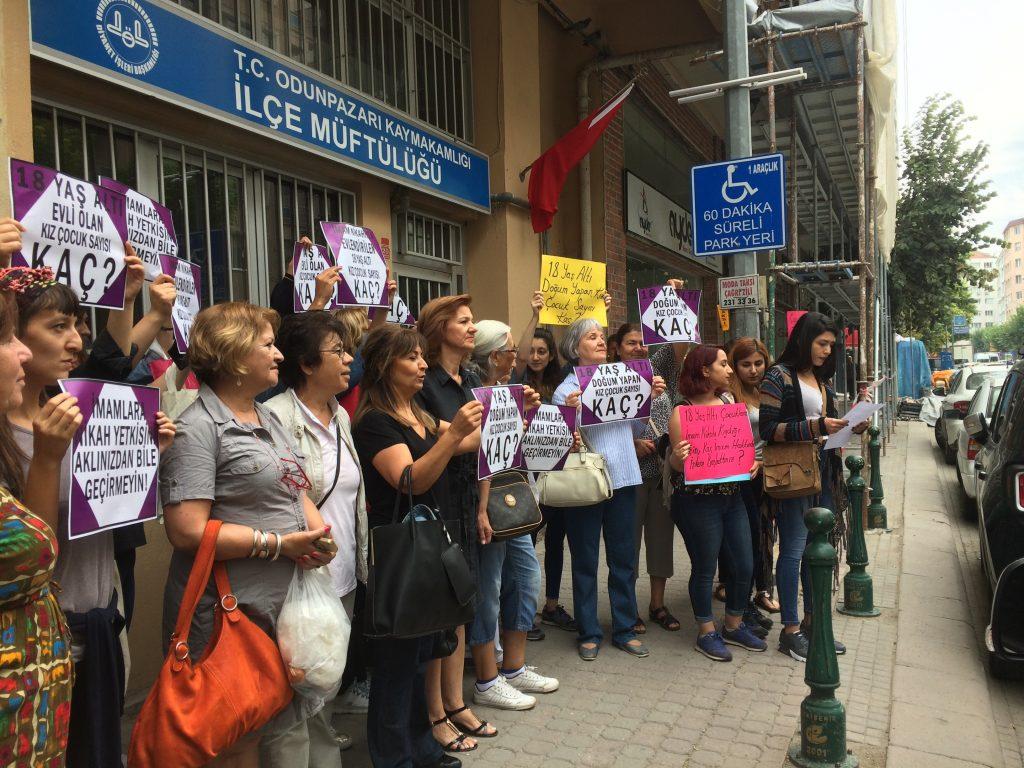 Kadınlardan müftülük önünde nikah protestosu