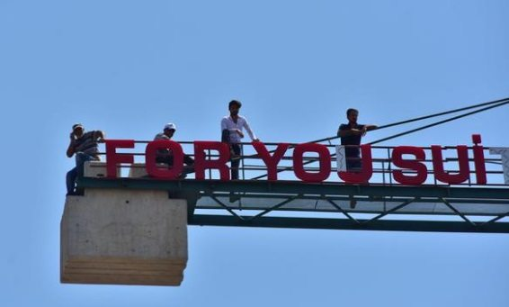 Ücretleri ödenmeyen işçiler kule vince çıktı