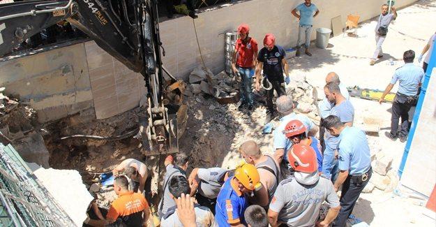 Özel okulda tavan çöktü: 18 yaşındaki işçi göçük altında