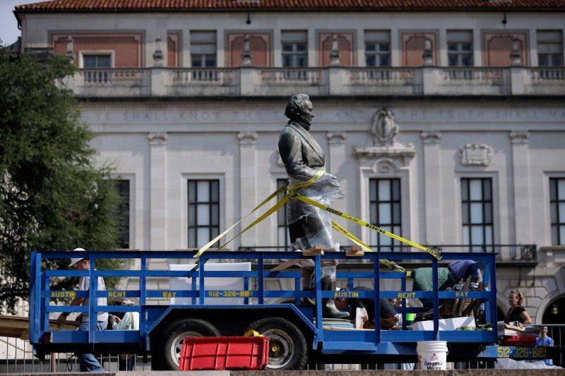 Teksas Üniversitesi, Konfederasyon liderlerine ait heykelleri kaldırıyor