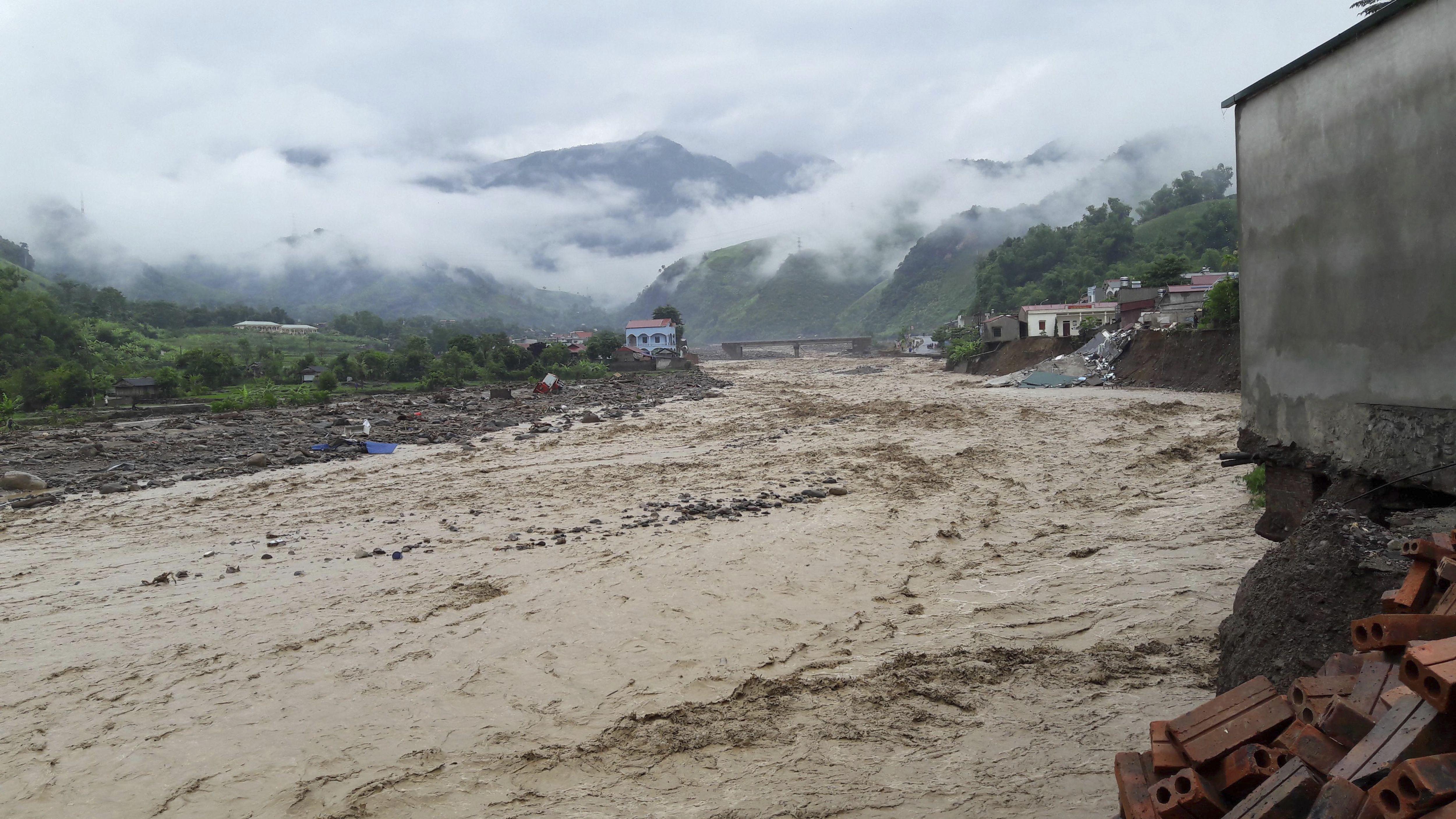 Vietnam'da sel felaketi can aldı