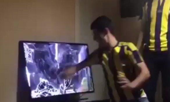 VİDEO | Ozan Tufan'a sinirlenip televizyonu parçaladı