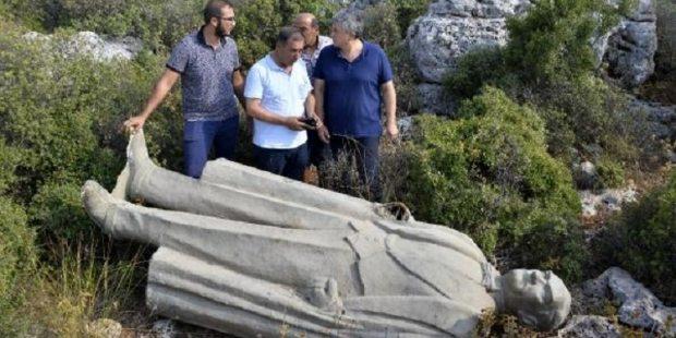Atatürk heykelini çalılık alana attılar