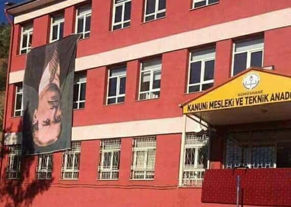 Atatürk portresi okul binasına böyle asıldı!