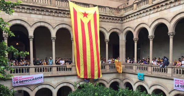 VİDEO | Binlerce öğrenci Barcelona Üniversitesi'ni işgal etti