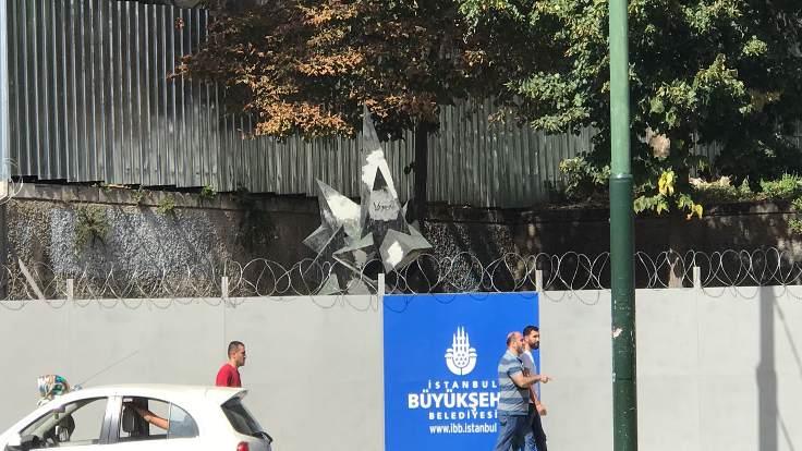 Beyazıt Meydanı'nda bulunan Turan Emeksiz anıtının etrafı bariyerlerle çevrildi!