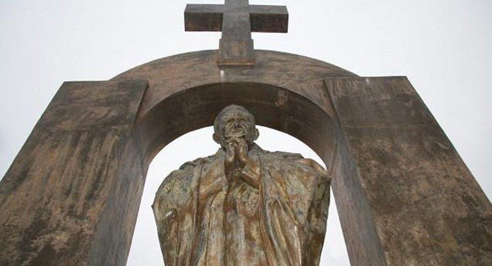 Fransa'da Papa heykeli laikliğe aykırı olduğu için kaldırılıyor