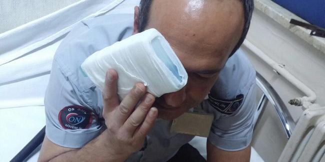 Hastanenin güvenlik görevlilerine 10 kişi saldırdı